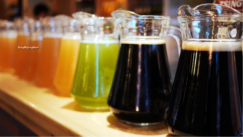 但如今价随年涨,青岛喝扎啤最便宜的地方在村里的小店和烧烤摊,一扎