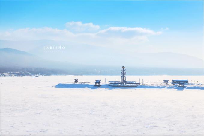 2015年1月17日-1月20日,我有幸得以到达抚远旅游,得到抚远县接待办的盛情招待。我去的时候正值深冬,气温在零下20~30度之间,深冬的抚远银装素裹,瞬间整个世界都变得纯净了。 【到达交通】抚远在2013年已经建起了机场,开通了<北京-哈尔滨-抚远>航线,从哈尔滨到抚远大概需要两个小时,航线仅此一条,另外还有沈阳到抚远的火车,从沈阳出发,火车需要坐一天一夜。 【县内交通】搭乘航班到达抚远机场后,机场口会有机场大巴到县城。由于一天只有一趟飞机到达,所以非到达时间是静悄悄的。而火车到达时间,门