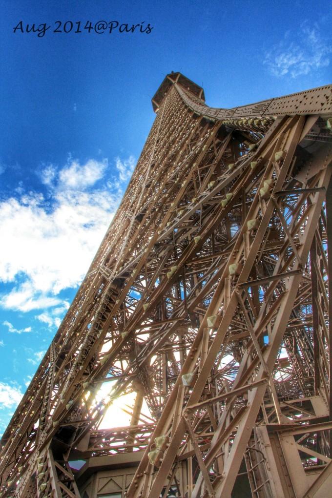 一百多米的埃菲尔铁塔就可以极目远眺至地平线的尽头
