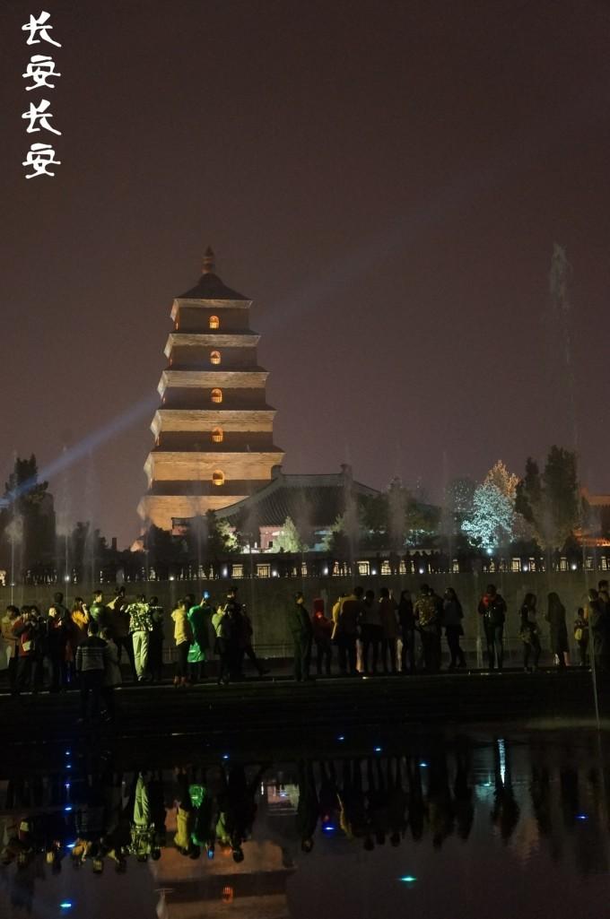 西安大雁塔音乐喷泉广场位于著名的大雁塔