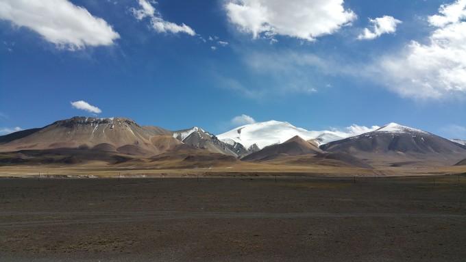 北起新疆喀什地区叶城县的零公里石碑,在此与315国道交汇,南至西藏