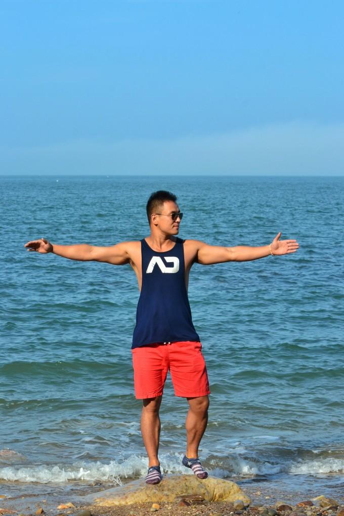 鹅卵石的海滩有长长的拖尾,拖尾两侧就是黄海和渤海,海浪交织在一起