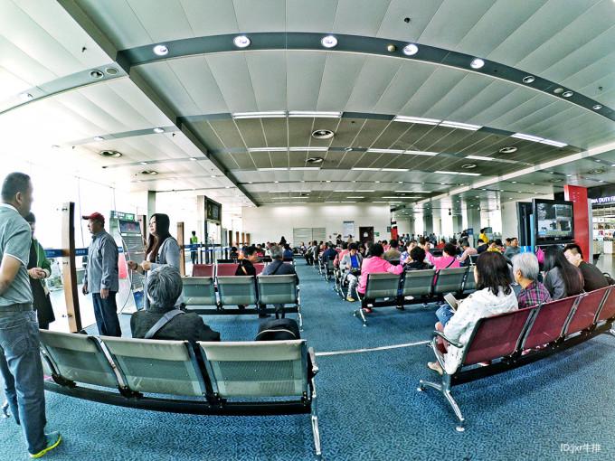 3、泰国国内航班可选的航空公司不少,但如果亚航价格nice还是选亚航好了,感觉界面好操作。 我也没有看攻略,就直接登录亚航中文网,按部就班操作就好了。 只是在你选好机票时,最开始显示的价钱格可能自动加了餐费或行李费、保险费等;不用担心,在后面的界面可以去掉的。 有往返的就往返一起买吧,因为支付宝付款有手续费,不知道按笔收取还是按金额,但也没几块钱。 买了亚航的机票后尽可能网上值机,出发14天以内皆可操作,我临走时刚好全都行程都符合这个时间段,就全部值好机,将登机牌打印出来。 去机场只在安检的时候排了一下队