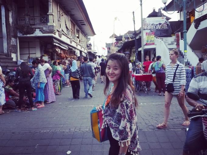 """明天是巴厘岛的""""独立日"""",街边四处悬挂国旗. 下面就是乌布市场了."""